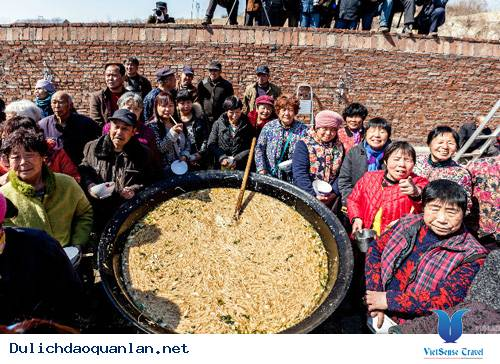 Nồi Mì Khổng Lồ Ở Trung Quốc Thu Hút Hơn 2000 Người Ăn